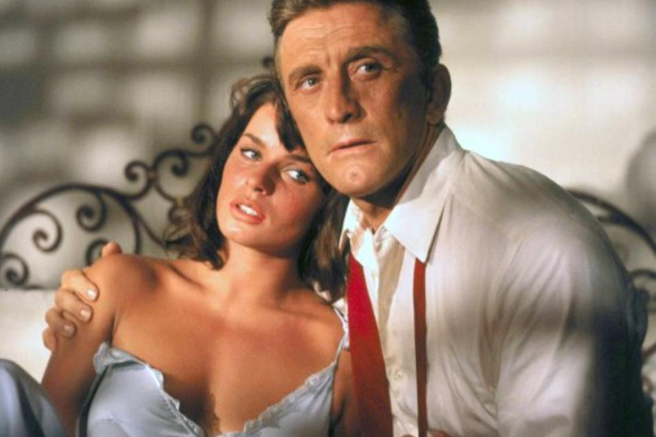 """Bis Ende der Sechziger lebte und drehte Senta Berger vor allem in Los Angeles, zusammen mit Weltstars wie Kirk Douglas, hier in """"Der Schatten des Giganten"""" (1966). Später berichtete sie über viele Fälle von sexuellem Missbrauch oder Nötigung - und beschul"""