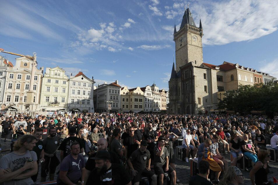 Hunderte Musikern, Konzertveranstaltern und Clubbesitzer protestierten Ende Juli in Prag gegen die Corona-Maßnahmen der Regierung, die ihnen ihrer Aussage nach das Geschäft ruinieren.