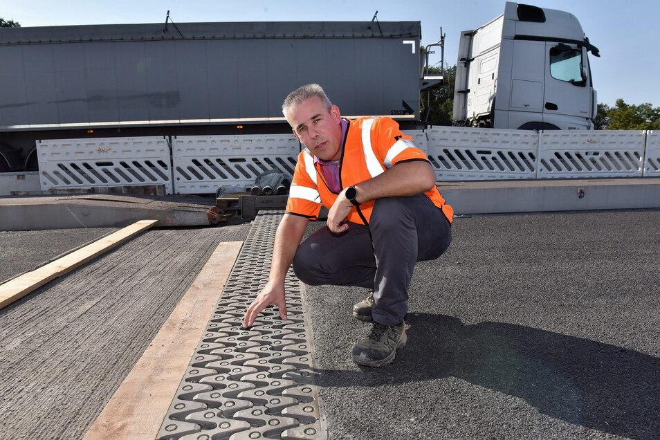 Stefan Thunig am Landesamt für Straßenbau und Verkehr (Lasuv) zeigt die neuen Übergangskonstruktionen an den A4-Brücken, die 2020 in Fahrrichtung Erfurt eingebaut wurden. In diesem Jahr wird auf der Gegenfahrbahn gearbeitet.