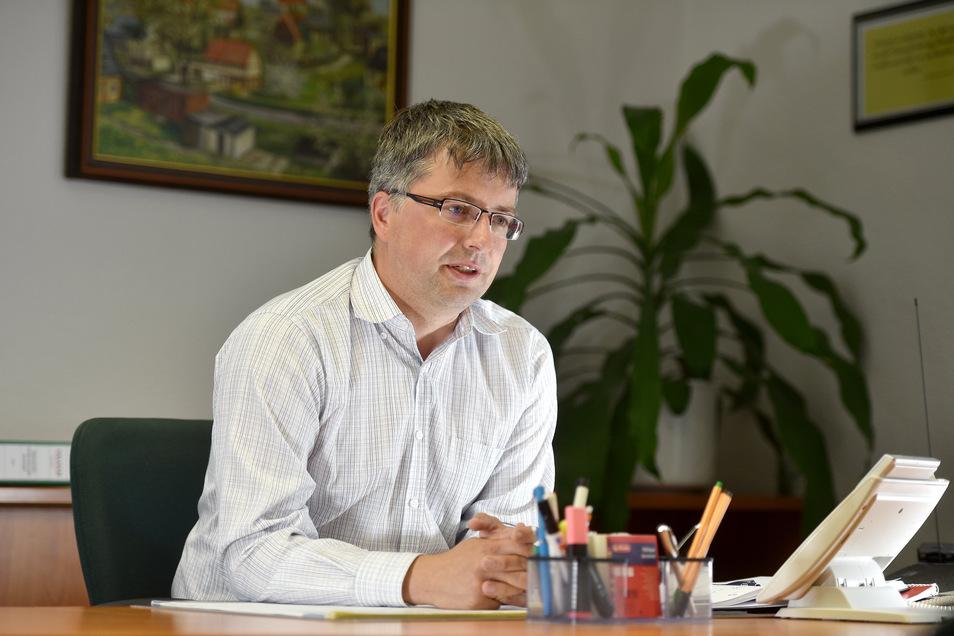 Cornelius Stempel an seinem Schreibtisch als neuer Bürgermeister von Oderwitz.
