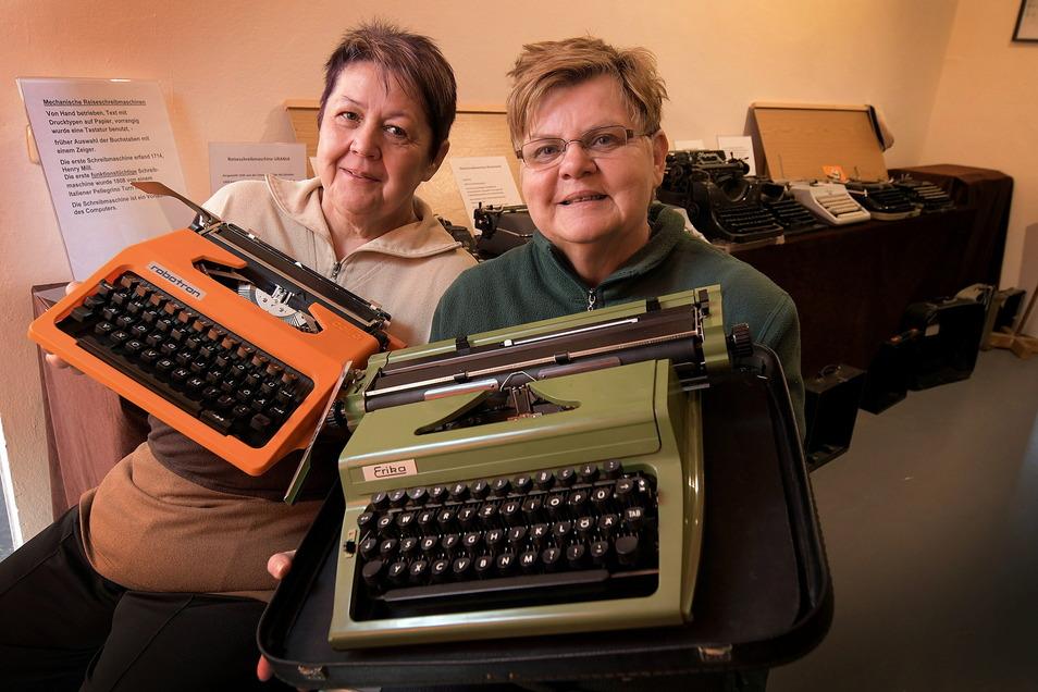Christina Haynert ,und Birgit Müller mit historischen Schreibmaschinen.