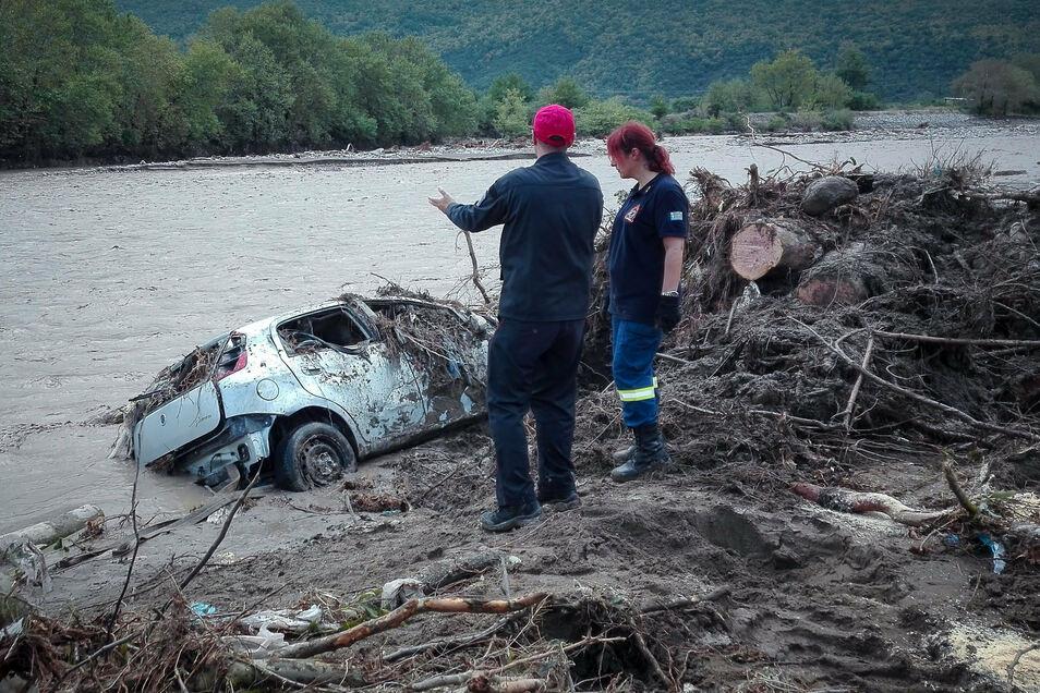 """Karditsa in Thessalien: Zwei Menschen schauen sich die von """"Ianos"""" verursachten Schäden an."""