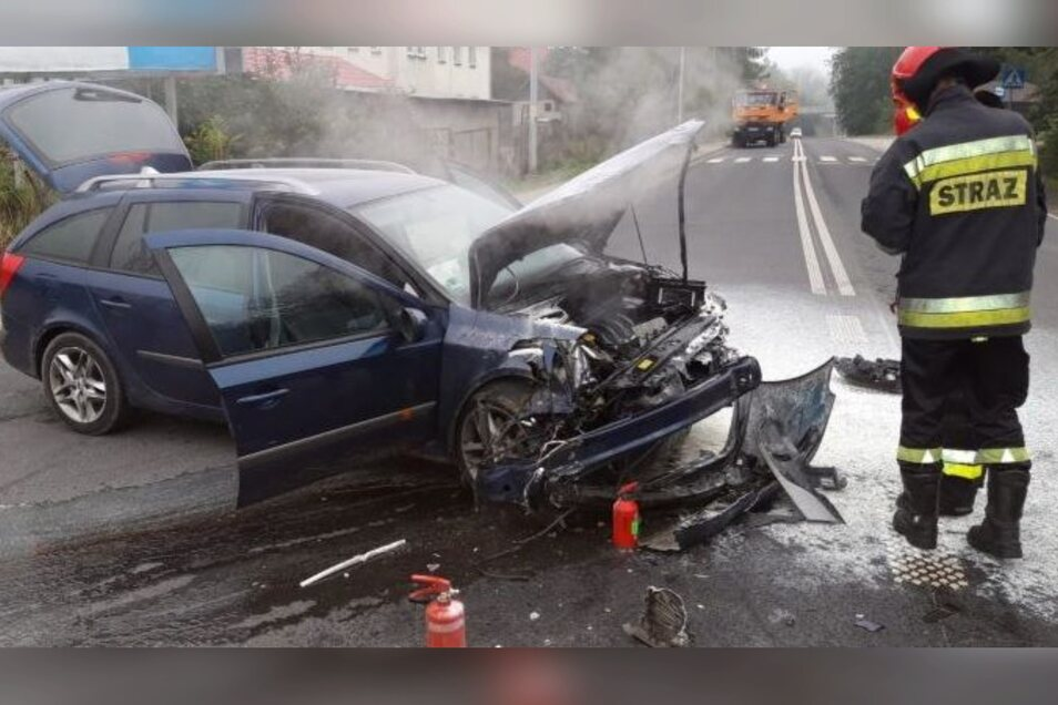 Folgen des Unfalls: Die Front des Renault ist total beschädigt.