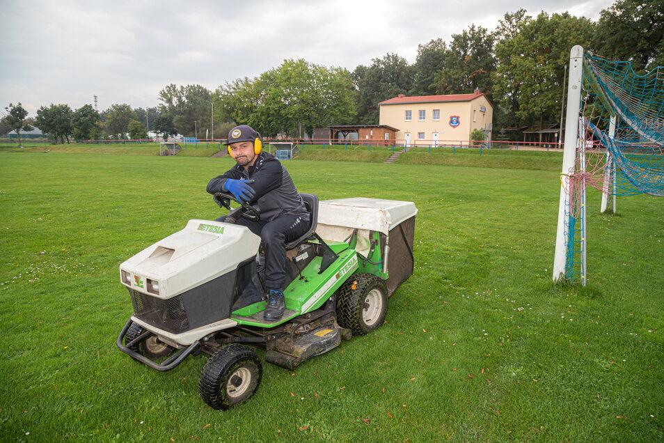 Mario Thomas muss in den nächsten Wochen wieder auf den Rasentraktor steigen. Die modernen Mähroboter wurden kürzlich gestohlen.
