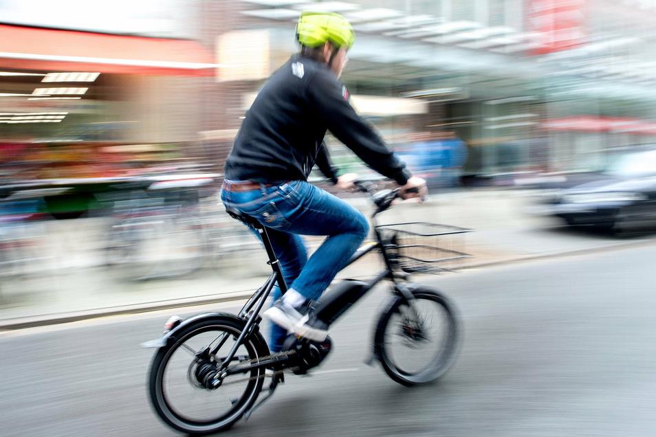 Ein Radfahrer fährt in Hannover mit einem E-Bike auf einer Fahrradstraße.