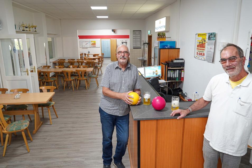 Im Keglerheim des Bautzener Brauhauses freuen sich Inhaber Karsten Herrmann (r.) und Eberhard Nawroth vom Kegelverein Bautzen West über den umgebauten und gründlich renovierten Empfangs- und Aufenthaltsraum.