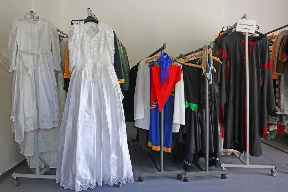 Der Kostümfundus mit über 1.400 Kostümteilen befindet sich ab sofort in Wiesa. Der Heimatverein kümmert sich um die Ausleihe und Pflege.