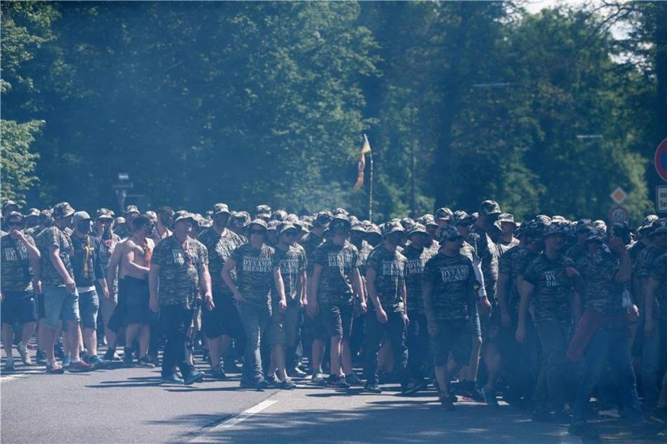 """... waren einheitlich """"uniformiert"""" in Tarnkleidung durch die Stadt marschiert."""