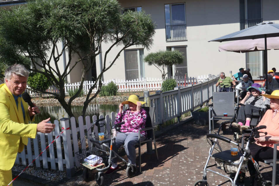 Heiko Harig unterhält die Bewohner bei bestem Wetter im Garten des Pflegeheims. Der Nachmittag ist eine schöne Abwechslung in diesen Zeiten.
