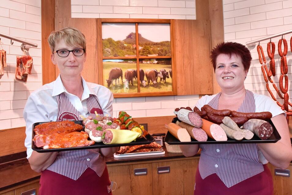 Landschlachthof Struppen Mitarbeiterinnen Ines Hähne (li.) und Peggy Hering mit den Produkten aus der eigenen Fleischerei.