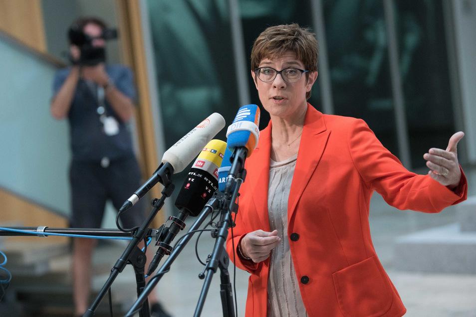Annegret Kramp-Karrenbauer CDU-Bundesvorsitzende, droht dem Ex-Verfassungsschutzchef nun indirekt mit einem Parteiausschlussverfahren.