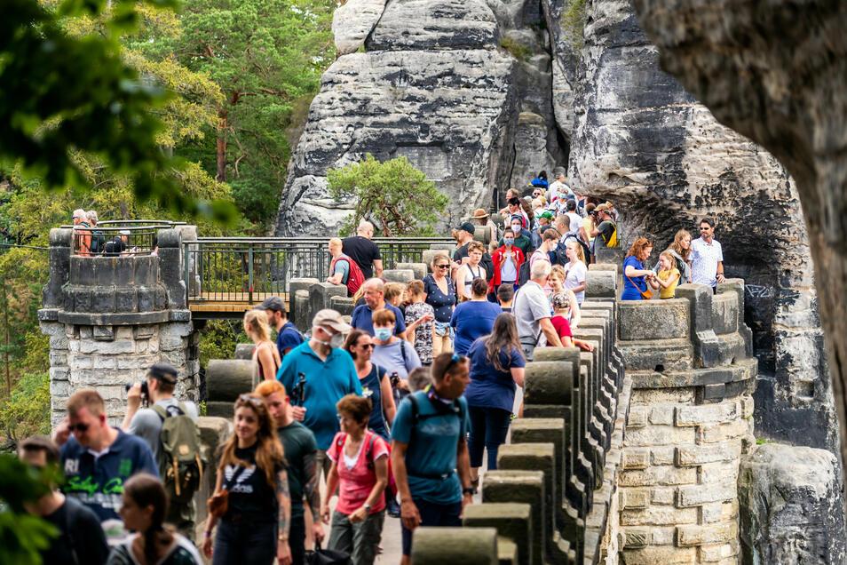 Donnerstag, Basteibrücke: Wegen Corona boomt Inlandstourismus, auch ohne Maske und Abstand.