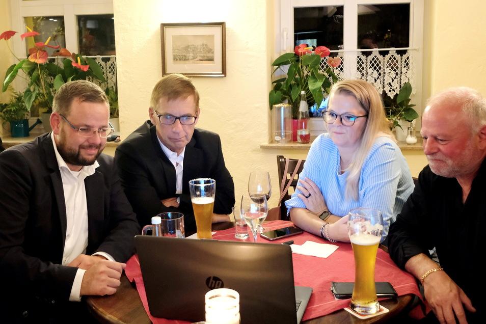 Sebastian Fischer wartete mit seinen Unterstützern in der Gaststätte Goldener Anker in Meißen auf das Wahlergebnis.
