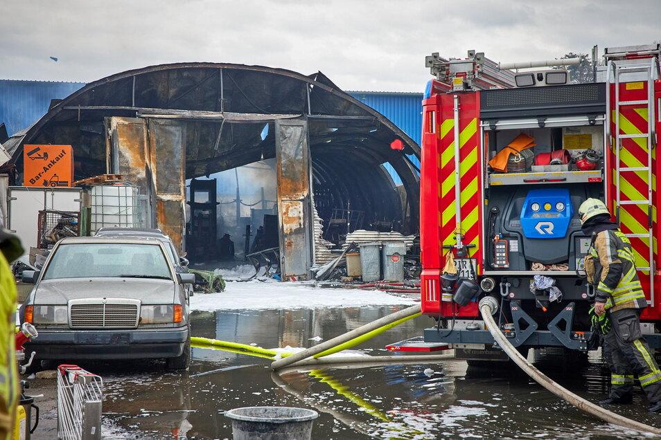 Ein Bild der Verwüstung: Das Feuer in Heidenau breitete sich schnell auf Autos und Werkstätten aus.