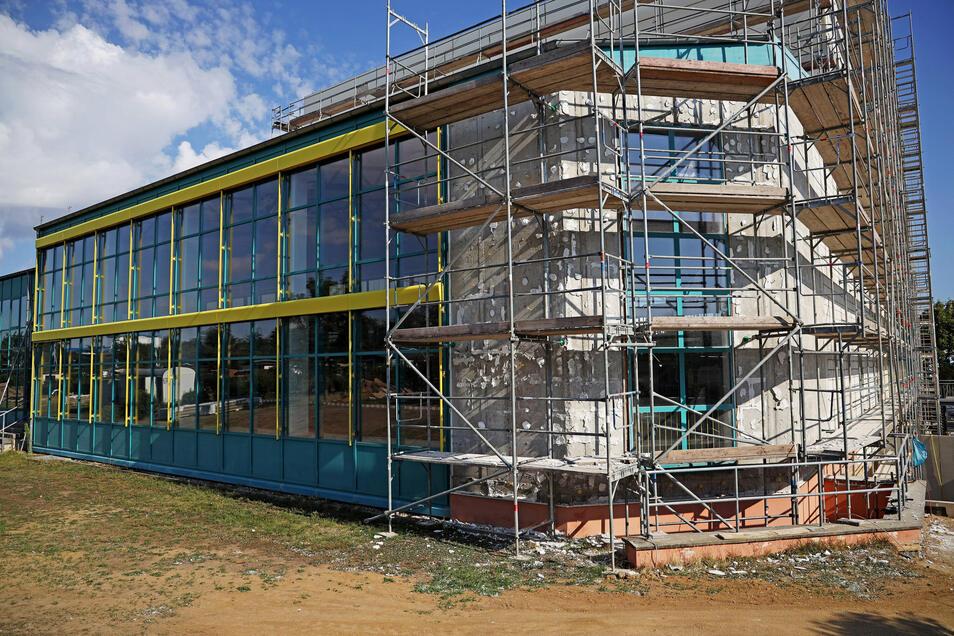 Den ganzen Sommer über wurde auch an der Fassade des Hallenbads gearbeitet. Die Außenanlagen werden wohl erst im November fertig.