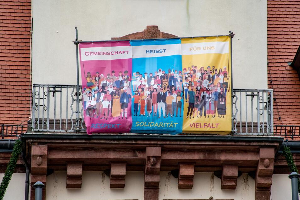 Auch am Rathausbalkon hängen mittlerweile Plakate.