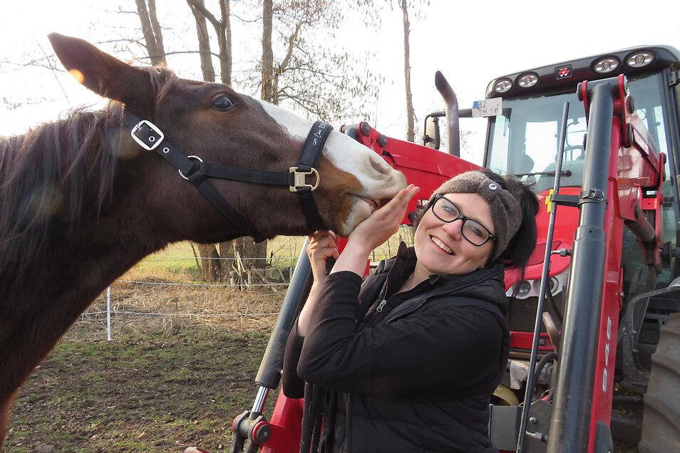 Carolin Rudolf ist Tierliebhaberin. Auf dem heimischen Hofgelände entstehen derzeit neue Ställe für Urlaubspferde.