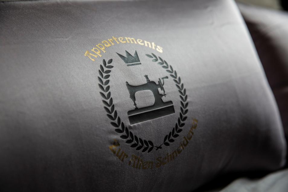 Ein eigenes Logo findet sich überall wieder. Auch auf den Zierkissen.