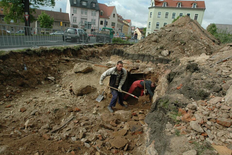 Hier gruben 2005 Mitarbeiter des Stadtbauhofes auf dem Gelände des ehemaligen Sachsenhofs nach Resten des Meißner Stadttores.