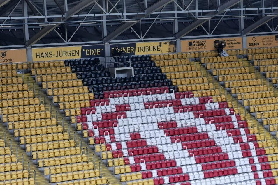 """Die Aufschrift """"Hans-Jürgen """"Dixie"""" Dörner Tribüne"""" sowie das Konterfei des ehemaligen Weltklasse-Liberos ist in der Mitte des Zuschauerblocks auf der Südtribüne im Rudolf-Harbig-Stadion zu sehen."""