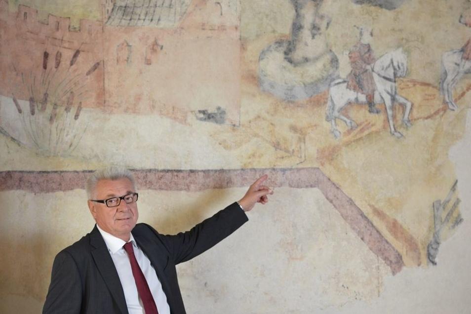 Das sanierte Wandbild im Festsaal des Marienecks in Pirna beginnt aber mit einer gewöhnlichen Jagdszene, auf die Hauseigentümer Peter Groner (Mitte) zeigt.
