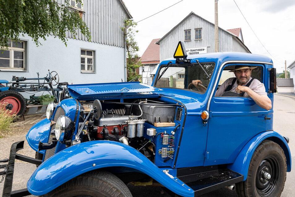 Rudolf Neubert und sein Hanomag Straßenschlepper, mit dem er zum Festumzug zum 100. Stadtgeburtstag mit einem Kohleanhänger fahren will.