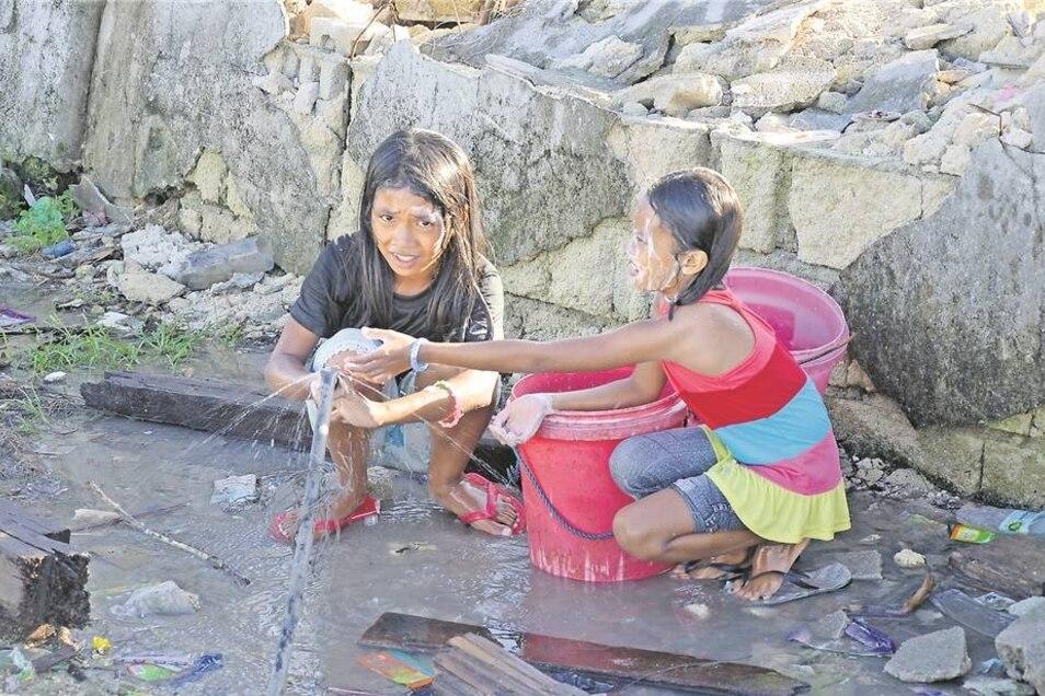 Dank des Einsatzes vom Technischen Hilfswerk haben diese Kinder endlich auch sauberes Wasser, um sich zu waschen. Der Taifun hat auch die Wasserversorgung zerstört.