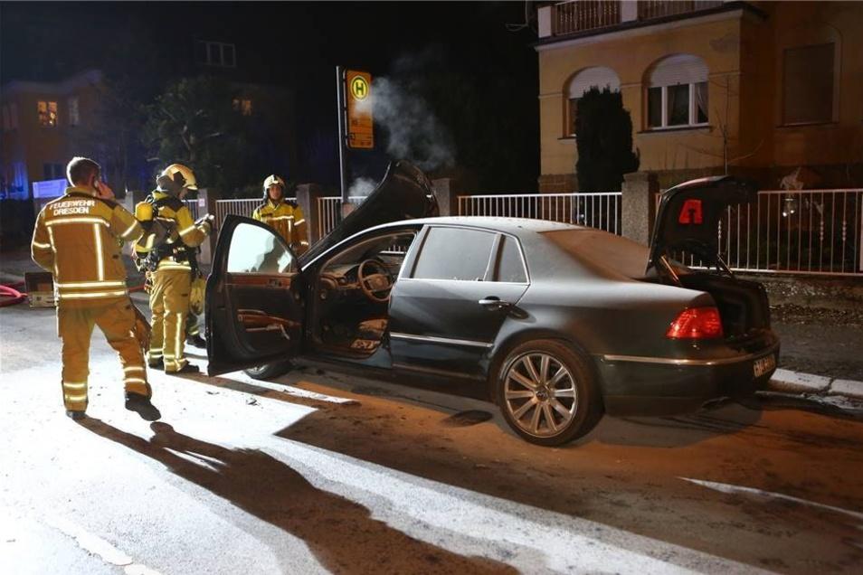 Der betrunkene Fahrer dieses VW Phaetons  hat in Zschertnitz einen Mopedfahrer angefahren, lebensgefährlich verletzt und ist dann vom Unfallort geflüchtet.