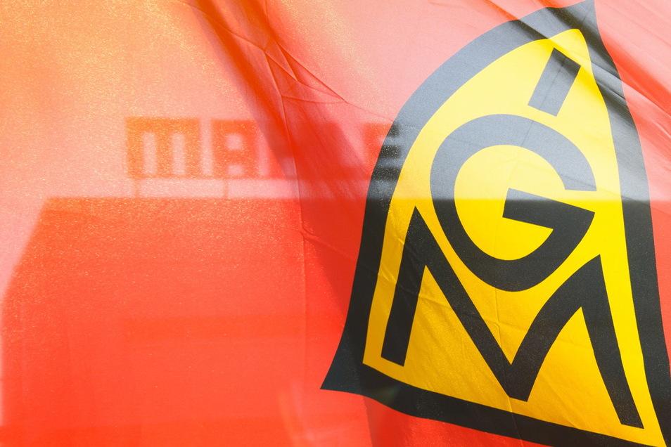 Mit ganztägigen Warnstreiks in der Metall- und Elektroindustrie ist die Industriegewerkschaft Metall in Brandenburg und Sachsen in die Woche gestartet.