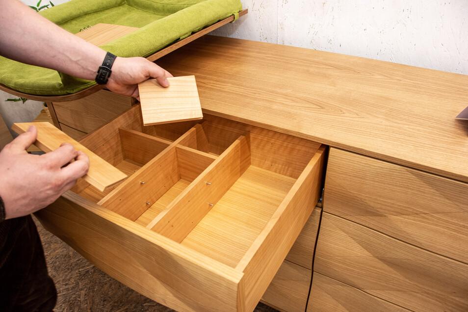 """Die Schubladen mit dreidimensional gestalteten Fronten öffnen sich per Druck (""""Push-to-Open"""") und können je nach Bedarf in der Inneneinteilung variiert werden."""