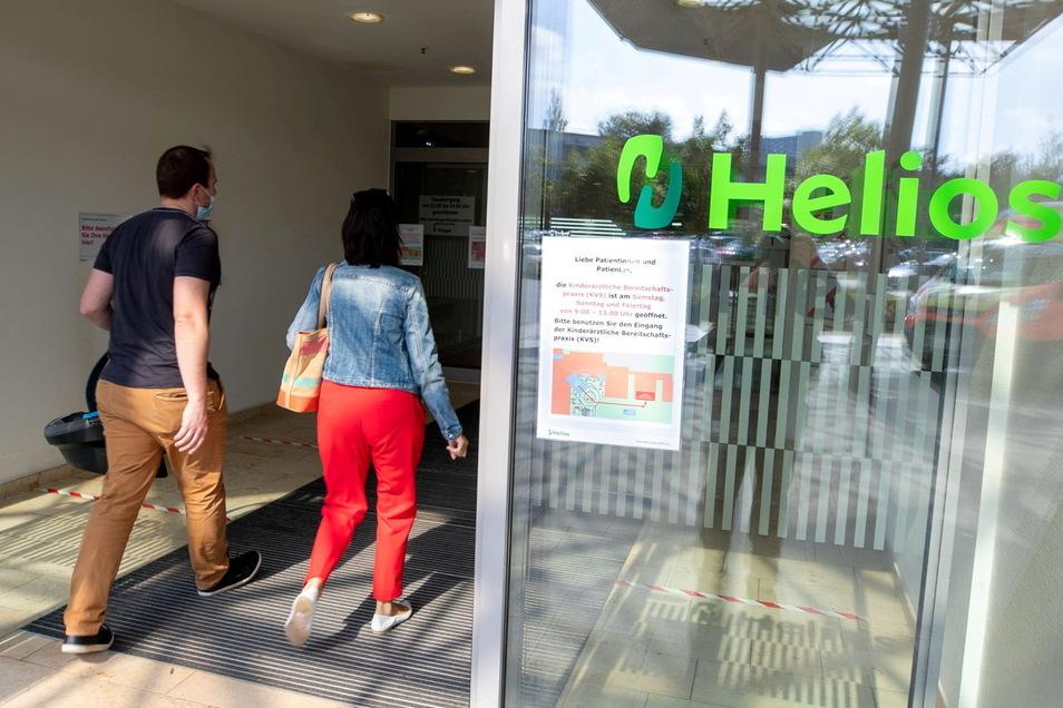 Ein Schild an der Tür informiert: Ab Sonnabend befindet sich in der Helios-Klinik Pirna die erste und einzige rein kinderärztliche Bereitschaftspraxis im Landkreis.