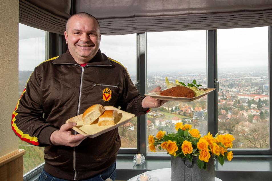 Hat das Jägerschnitzel und die Buchteln in Vanillesoße schon mal zum Test ausprobiert - Spitzhaus-Wirt Marco Stelter trifft momentan mit seinen DDR-Gerichten genau den Geschmack der Fensterkauf-Gäste.