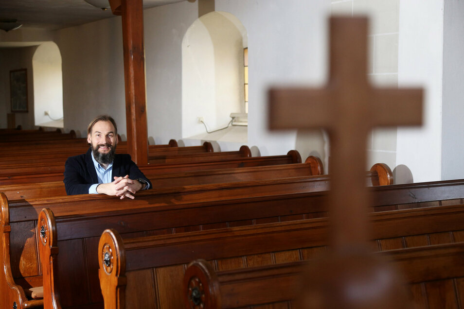 Pfarrer Martin Scheiter sitzt in der Glaubitzer Kirche. Hier wird am Sonntag ein Taufgottesdienst gefeiert.