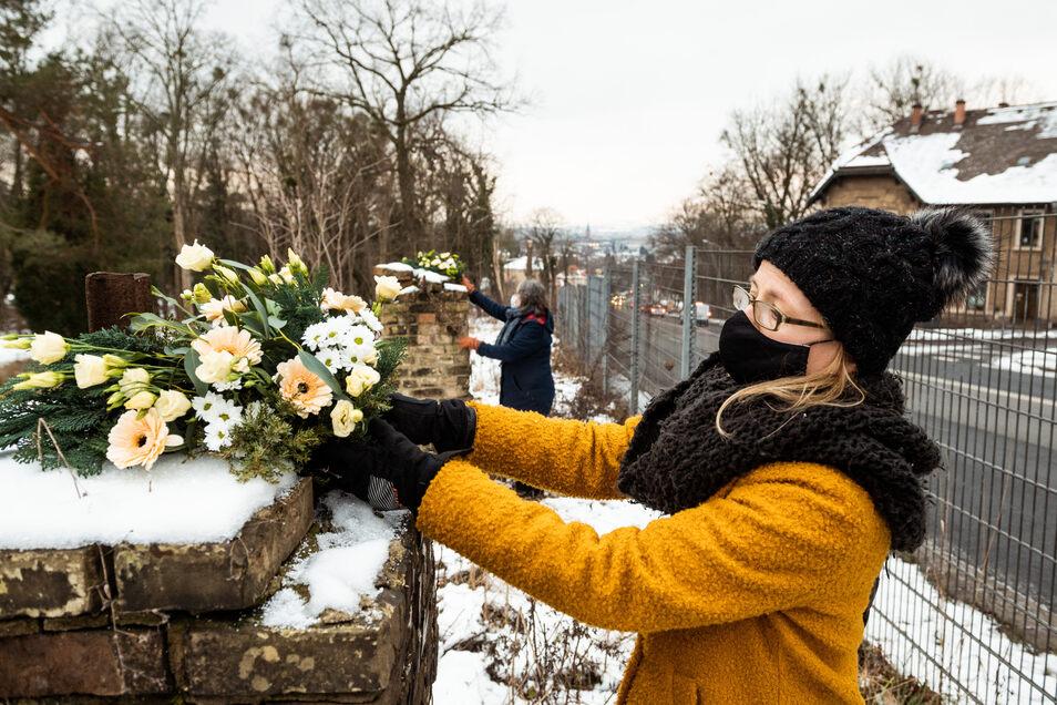 """Blumenkränze am ehemaligen """"Polizeihaftlager"""". Von hier aus wurden hunderte Menschen deportiert."""