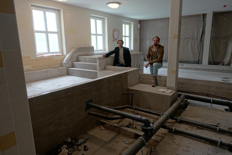 Stadtwerkechef Gunnar Fehnle und Badleiter Toni Bunzel stehen auf der Baustelle.