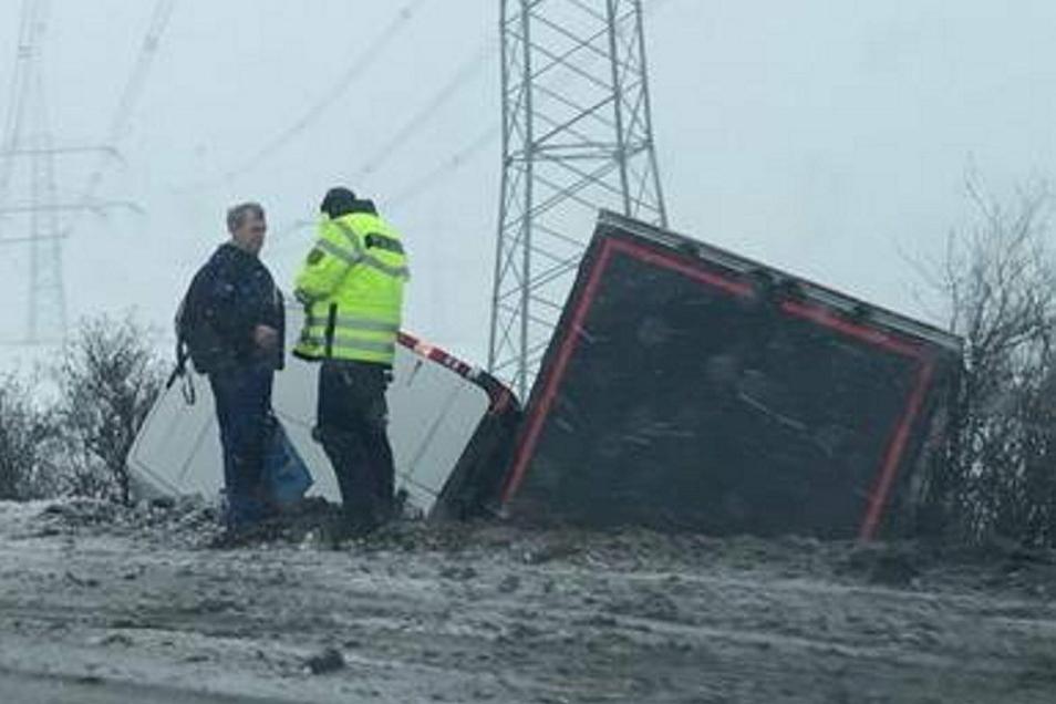 Bei diesem Unfall an der Autobahn 14 nahe der Anschlussstelle Döbeln-Ost sind nach Angaben eines Reporters vor Ort zwei Personen verletzt worden.