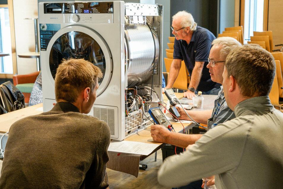 Sogar eine Waschmaschine wurde beim Reparaturtreffen der Ganzmacher untersucht. Die Diagnose: Kältemittel fehlt.