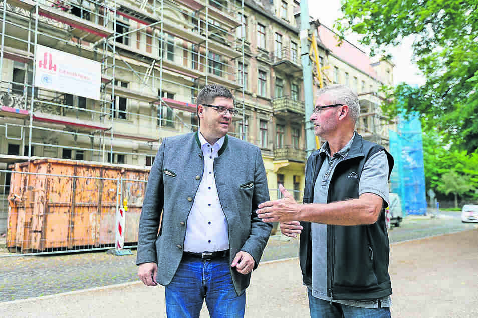 Kommwohnen-Chef Arne Myckert (links) und sein Bauingenieur Joachim Wätzig stehen vor den Wohnhäusern am Leipziger Platz.