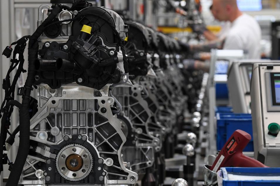 Motoren werden im VW-Motorenwerk in Chemnitz über die Fertigungslinie gefahren. Rund 613 000 Arbeitsplätze in Deutschland hängen nach einer Ifo-Studie am Bau von Benzin- und Dieselautos.