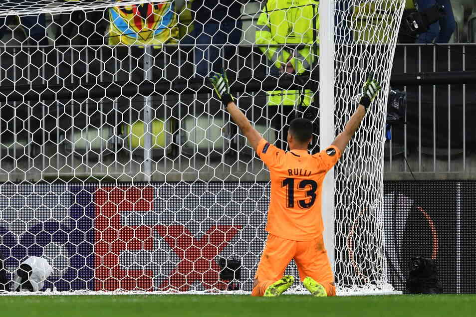 Villarreals Torhüter Geronimo Rulli feiert, nachdem er den Elfmeterschuss von Manchester Uniteds Torhüter David de Gea gehalten hat.