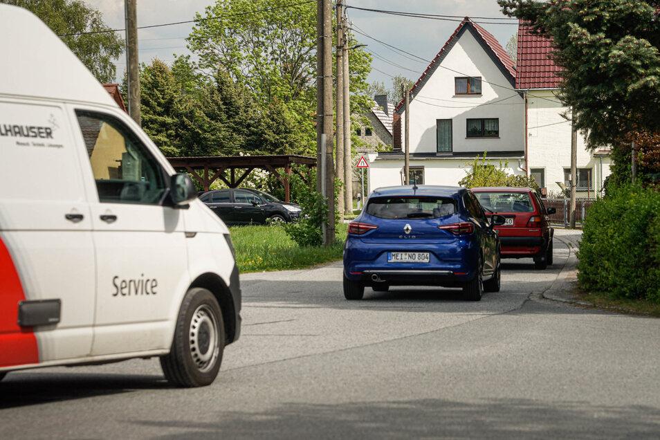 Im Berufsverkehr fahren die Autos fast im Sekundentakt in Rammenau über die Niederdorfstraße in Richtung Goldbach und Bischofswerda. Das nervt Anwohner.