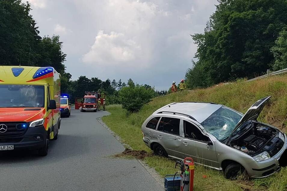 Nahe der Karaseckschenke stürzte ein Auto die Böschung hinab.