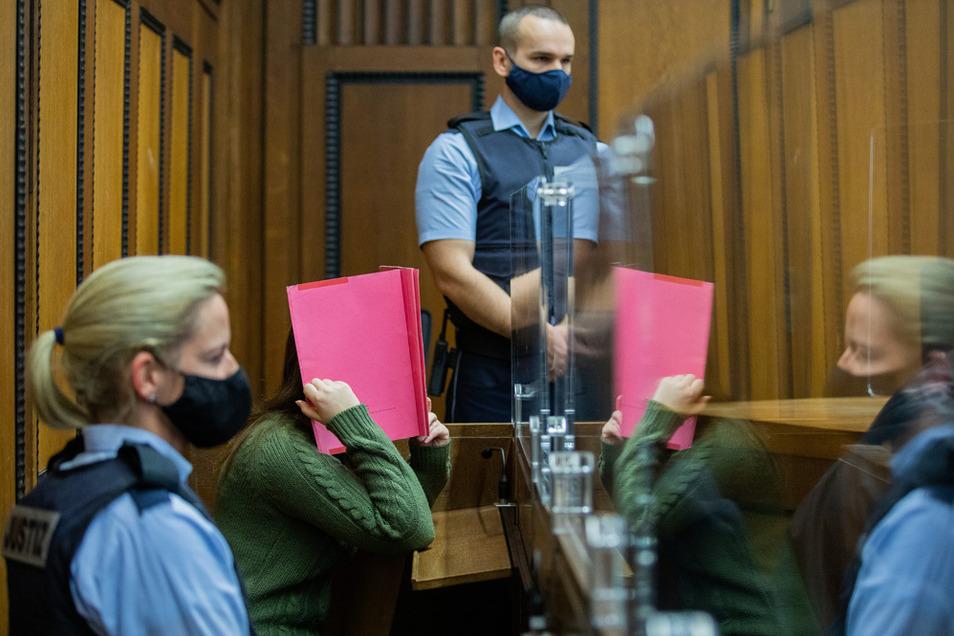 Die Angeklagte sitzt in einem Gerichtssaal des Landgerichts in Mönchengladbach zwischen Justizvollzugsbeamten.