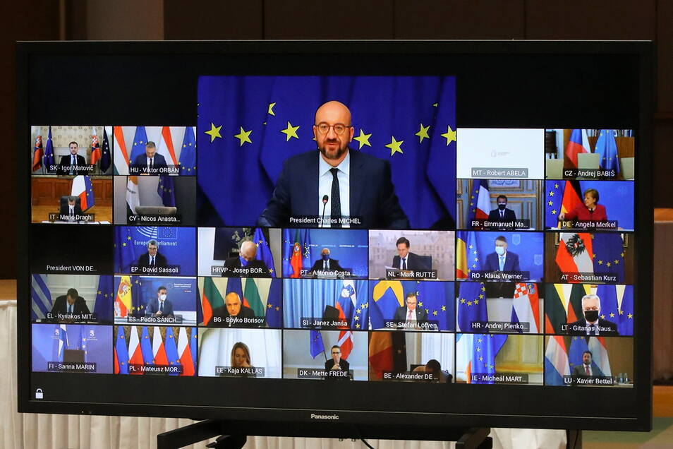 Charles Michel (Bildschirm, M, oben), Präsident des Europäischen Rats, spricht beim Videogipfel der EU-Staats-und Regierungschefs. Topthema ist erneut die Corona-Krise und die Versorgung der EU mit Impfstoff.