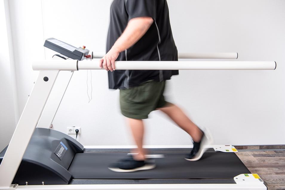 Ein Mann trainiert an einem Laufband um seine Ausdauer nach einer Coronainfektion zu stärken. In der Klinik am Teutoburger Wald werden Long-Covid-Patienten behandelt.
