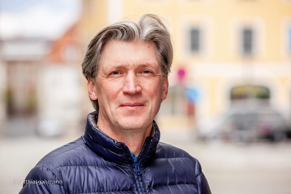 Enno Deege ist Sozialarbeiter im Jugendhaus Ca-Tee-Drale auf der Christoph-Lüders-Straße, organisiert Väter-Kinder-Freizeiten und ist auch selbst dreifacher Vater.