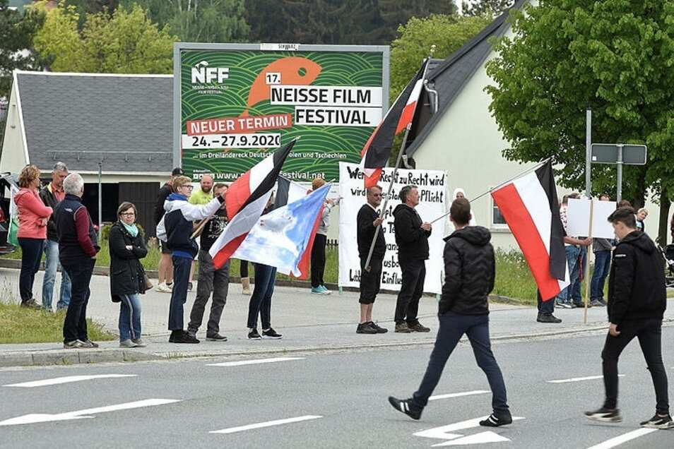 Beim Protest entlang der B96 dominiert weiter die Reichsfahne, wie hier im Mai 2020.