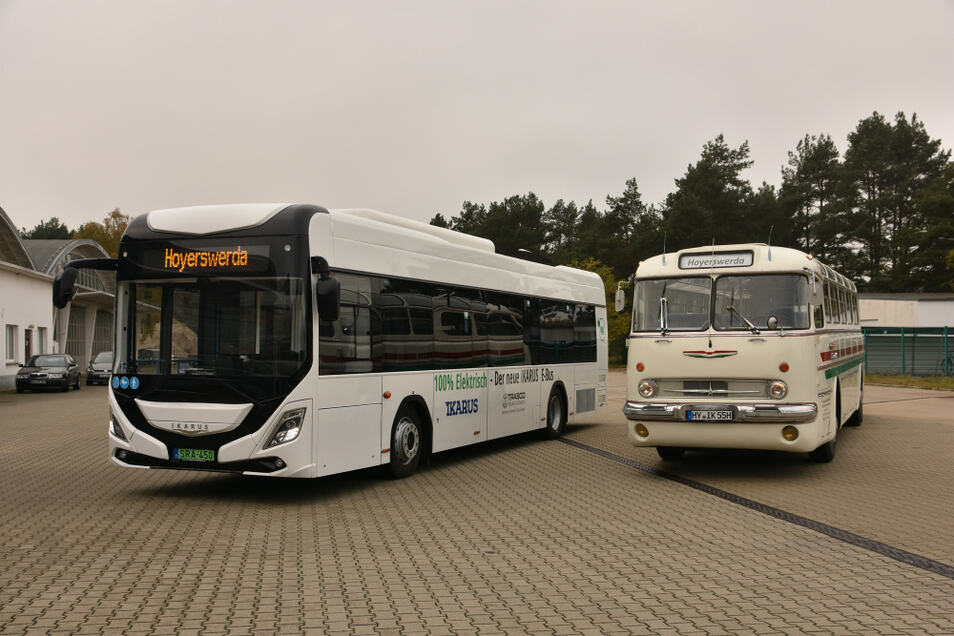 """50 Jahre Ikarus-Busgeschichte nebeneinander: Links das aktuelle Vorserienmodell des Elektro-Busses 120e """"City Pioneer"""", rechts der Diesel-Ikarus 55 aus dem Jahr 1971. Der ist das Traditionsfahrzeug der Verkehrsgesellschaft Hoyerswerda."""
