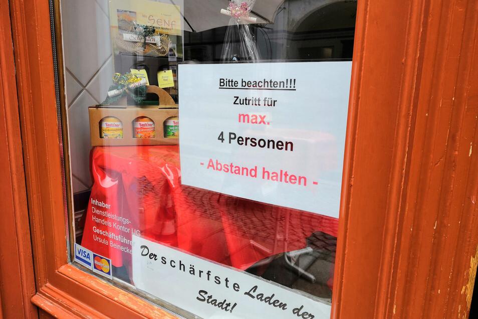 Der Senfladen auf der Brüderstraße darf noch öffnen - mit recht strengen Regeln an der Tür.