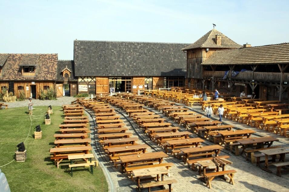 Am Sonntagabend saßen hier noch dicht gedrängt die Zuschauer der letzten Vorstellung der Krabatfestspiele in diesem Jahr – Montagfrüh war es ungewohnt leer und still auf dem Mühlenhof. Nach und nach trafen die Helfer ein, um aufzuräumen, Technik abzubauen
